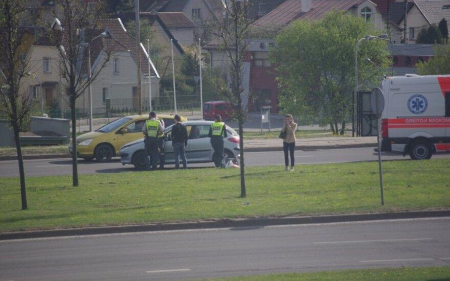 """Prie """"Akropolio"""" automobilis partrenkė per gatvę ėjusią moterį"""