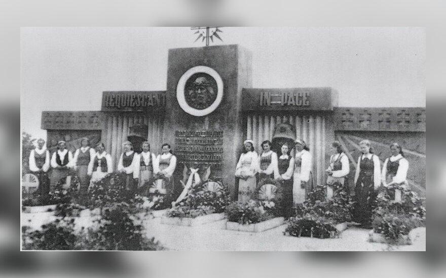 1942 m. pastatytas paminklas Obeliuose, nuotr. www.obeliupaminklas.lt