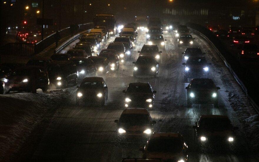 Vairuotojams plūstant į miestus – neramus signalas: perspėja, kur keliai bus pavojingiausi