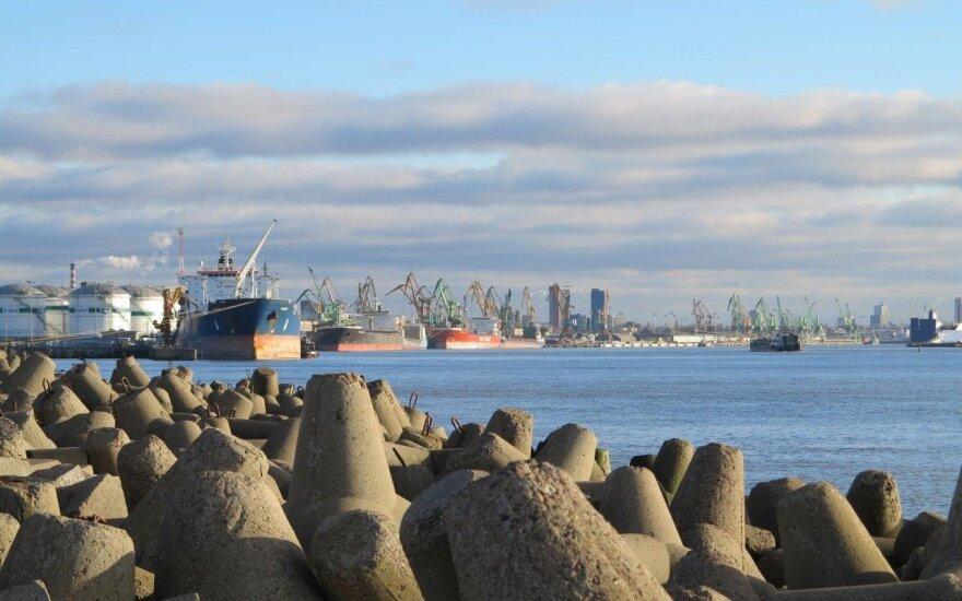 Klaipėdoje tiekiant kurą į laivą išsiliejo naftos produktų: dalis pateko į krantinę