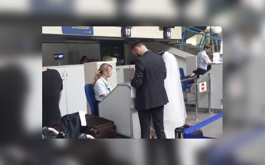 Moterį oro uoste nustebino nuotakos drąsa