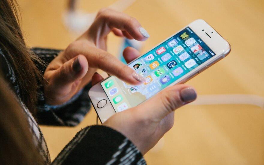 """""""Huawei"""" sustiprinus savo gniaužtus, """"Apple"""" """"iPhone"""" apimtys Kinijoje smunka"""