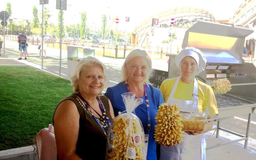 Rokiškio rajone šakočius kepančios moterys