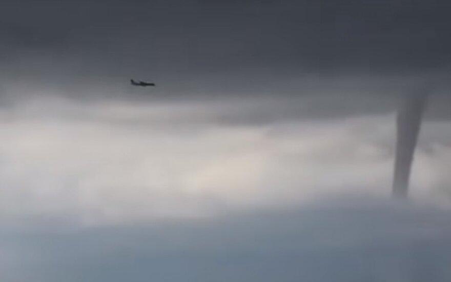 Įspūdingas reginys: lėktuvas Sočyje nusileido siaučiant tornadams