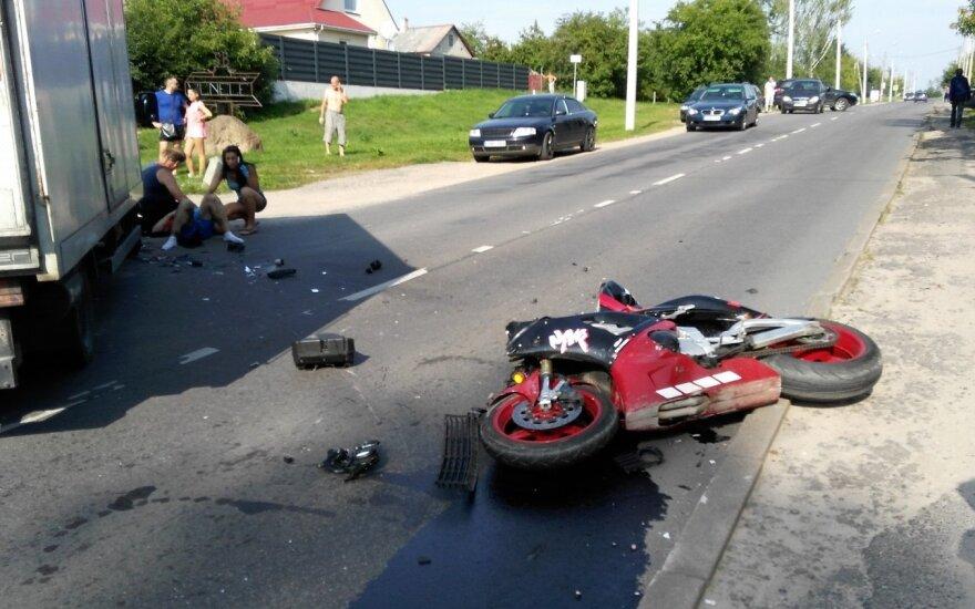 Naujojoje Vilnioje į sunkvežimį trenkėsi motociklininkas – šis skubiai išvežtas į ligoninę
