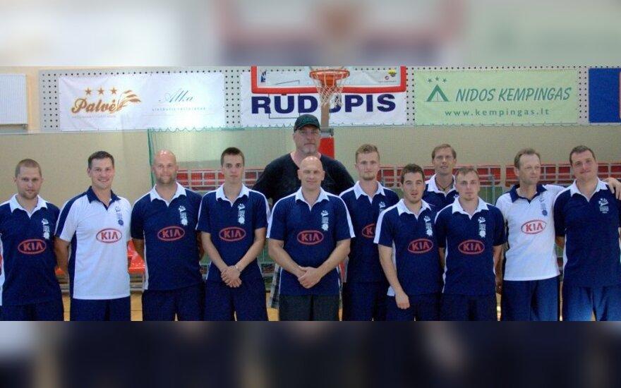 Arvydas Sabonis su stovyklos treneriais