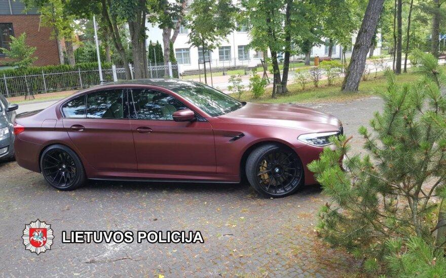Palangoje ilgapirščiai vieną BMW apvogė, kitą – pavogė: policija prašo visuomenės pagalbos