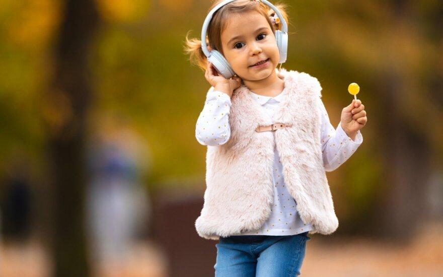 Vaikas klausosi muzikos