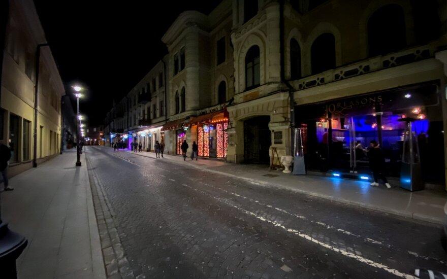 Penktadienio vakarą sostinės gatvės pratuštėjo: barai riboja žmonių skaičių