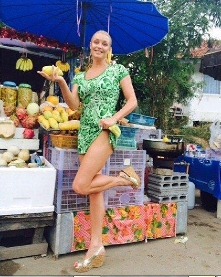 ФОТО: Волочкова устроила стриптиз на рынке