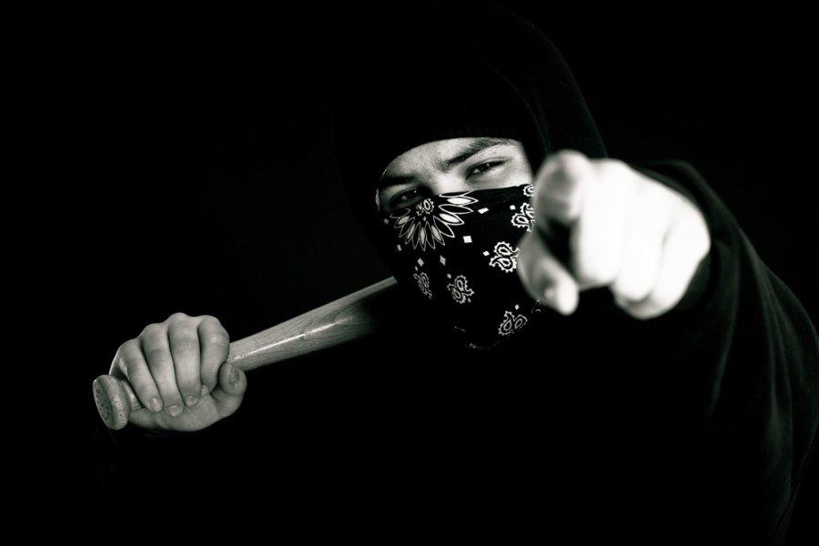 картинки люди в масках с битами многих