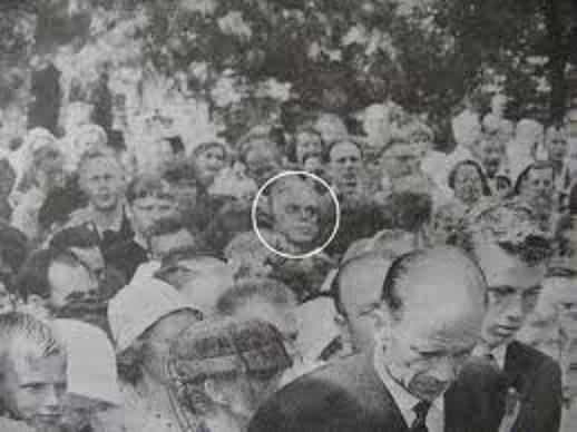Nuotrauka iš aukų laidotuvių. Apibrauktas vyriškis stebėtinai panašus į fotorobotą