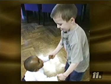 Madonnos sūnus Rocco žaidžia su įvaikiu Davidu Banda