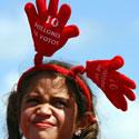 Mergaitė klausosi rinkiminės Venesuelos prezidento Hugo Chavezo kalbos.