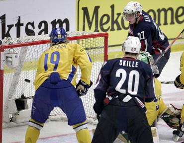 Patas Kane'as (JAV) pelno įvartį į Švedijos jaunimo ledo ritulio rinktinės vartus