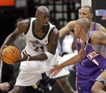 """Kevino Garnetto (""""Timberwolves"""") nesustabdė net du """"Suns"""" krepšininkai"""