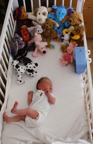 Kūdikis tarp žaislų