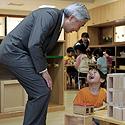 Japonijos imperatorius Akihito kalbasi su berniuku