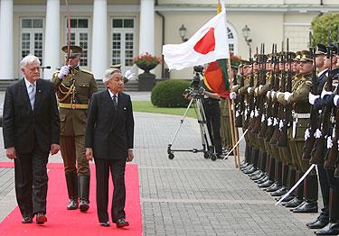 Valdas Adamkus ir Japonijos imperatorius Akihito