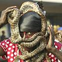Žmogus su gyvatėmis ant galvos