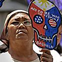 Moteris, dalyvaujanti proteste prieš Amerikos-Filipinų draugystės dieną