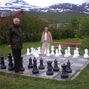 Pramogos Norvegijos Lyngseidet miestelio bažnyčios parke