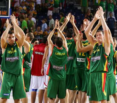 Lietuvos rinktinės krepšininkai dėkoja sirgaliams