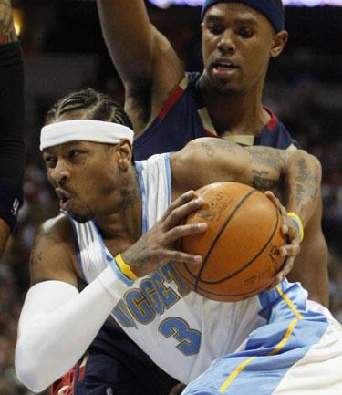 """Allenas Iversonas (""""Nuggets"""") veržiasi pro Danielį Gibsoną (""""Cavaliers"""")"""