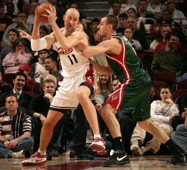 """Žydrūnas Ilgauskas (""""Cavaliers"""") grumiasi su Andrew Bogutu (""""Bucks"""")"""