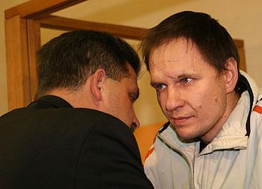 Konstantinas Nikulinas (dešinėje) tariasi su advokatu