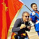 Užsienio turistas pozuoja kartu su jaunaisiais Kinijos komunistų partijos nariais