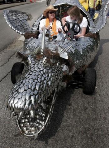 """Hiustone vykstančiame """"Meninių automobilių parade"""" važiuoja drakono pavidalo automobilis, pagamintas iš šaukštų"""