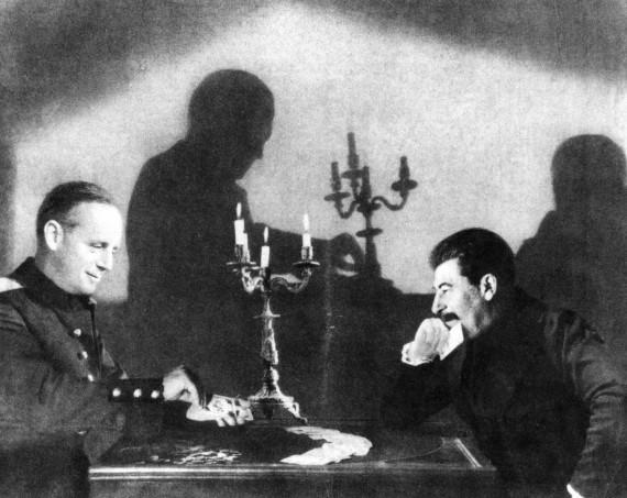 Kremliuje kortomis žaidžiančių Joachimo von Ribbentropo (kairėje) ir Josifo Stalino fotomontažas