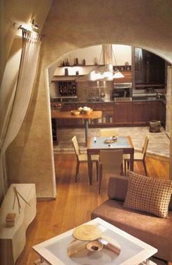 Vaizdas iš holo i valgomąjį ir virtuvę