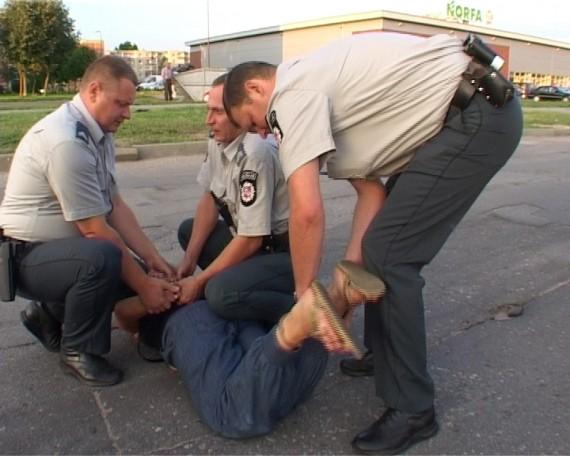 Policininkus apspardžiusiai šiaulietei teko surakinti ne tik rankas, bet ir kojas