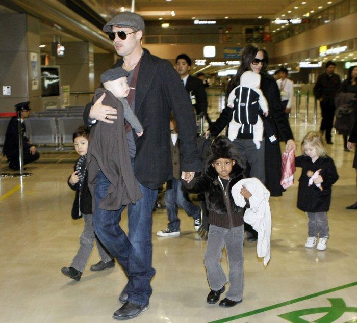 Aktoriai su vaikais Naritos (Japonija) oro uoste. 2009 m. gruodis.