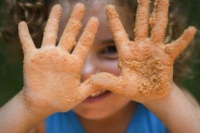 Perspėja apie pavojus, tykančius smėlio dėžėje: kokie simptomai byloja, kad vaikas užsikrėtė parazitais
