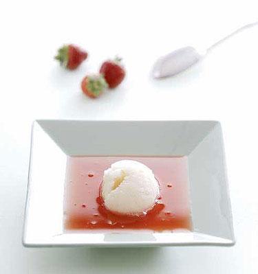 Vaisių sriuba su jogurtiniais ledais