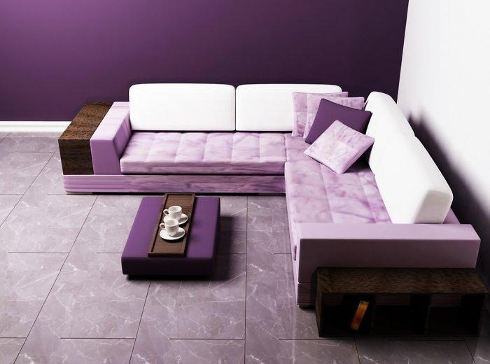 Žaidžiant purpurinės spalvos atspalviais, galima sukurti erdvę praplečiantį interjerą.