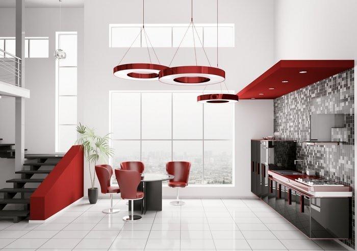 Su raudonais akcentais reikėtų nepersistengti. Tai energijos, agresijos spalva. Tačiau šviesioje virtuvėje ji atrodo elegantiškai.