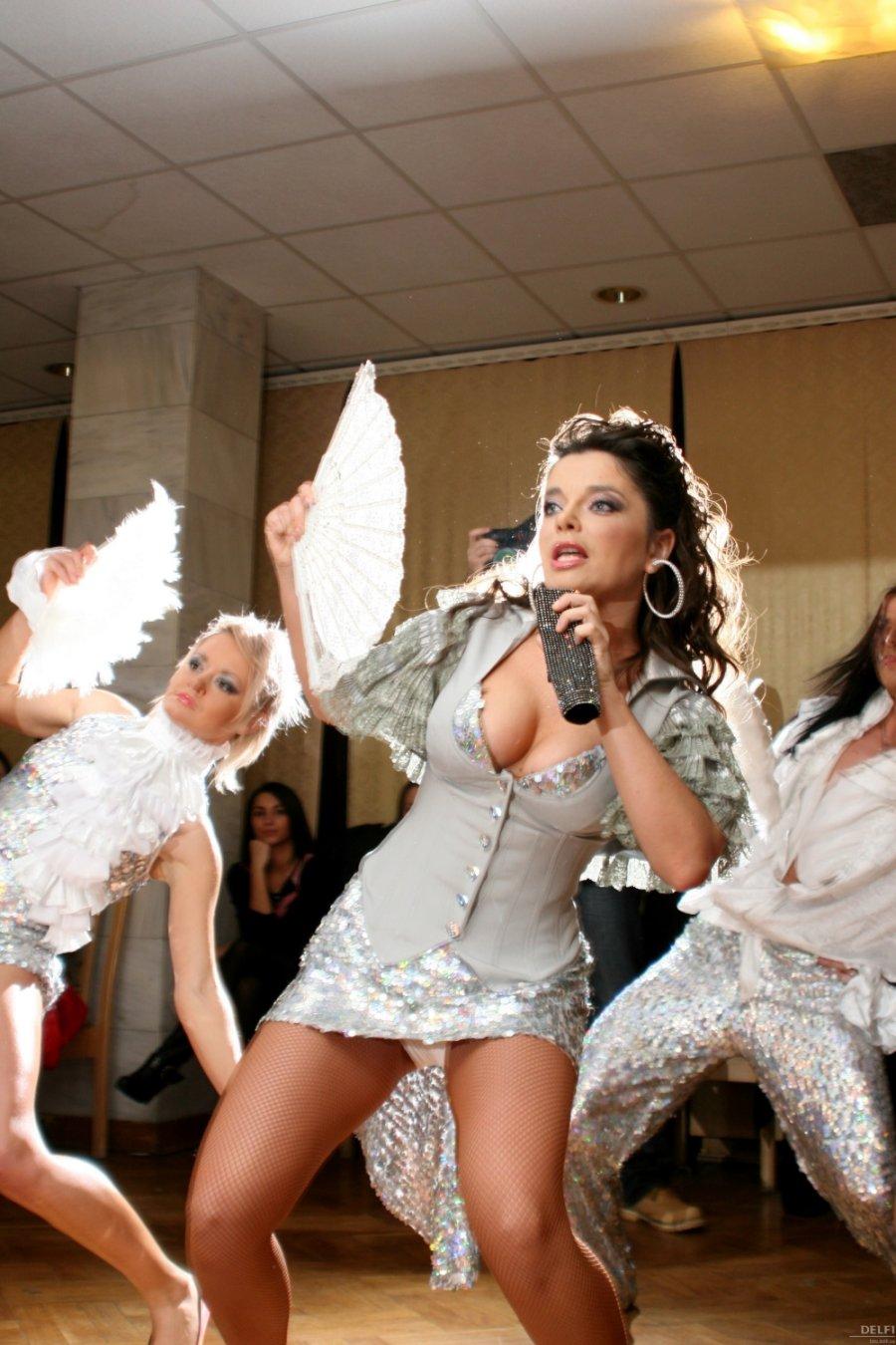 Наташа королева без трусов видео, апскирт на автосалоне фото