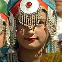 Indijos Kašmyro regiono mergaitės musulmonės, pasipuošusios tradiciniais tautiniais rūbais.
