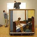 """Darbininkai Vokietijos muziejuje ruošiasi kabinti amerikiečių dailininko Edwardo Hopperio paveikslą """"Viešbučio kambarys"""""""