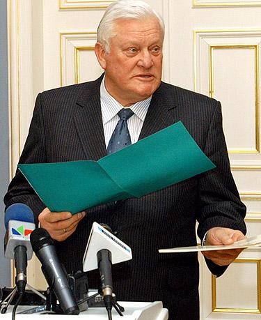 Algirdas Brazauskas su dokumentais