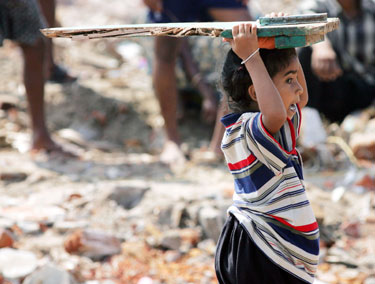 Indas berniukas tempia lentą