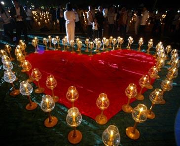 Tailande uždegtos žvakės žuvusiems nuo cunamio atminti