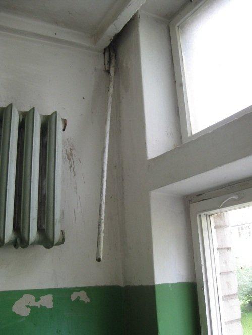 Jūratės nuotr. Smetonos. al. 55 (Kaunas) daugiabučio koridoriuje gyventojai vietoj to, kad renovuotų namą, šilumą taupo originalesniais būdais