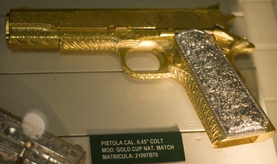 narkotikų muziejuje � auksu puošti ginklai ir telefonai
