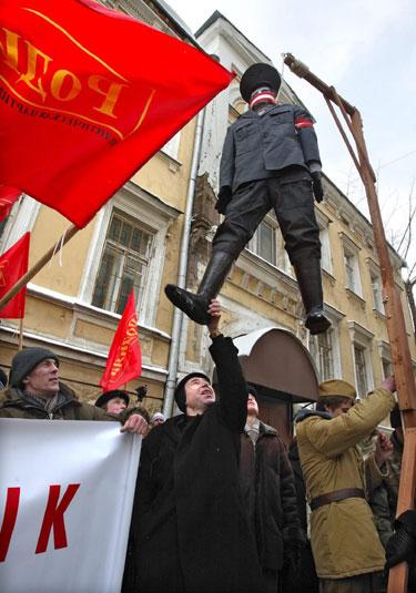 Prie Latvijos ambasados Maskvoje pakarta latvių esesininko iškamša