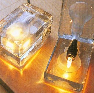Ledo gabaliuko pavidalo šviestuvas. Dizainas Harri Koskinen